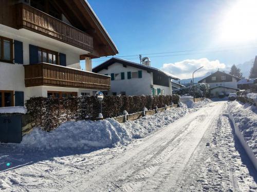Der Retzelweg mit unserem Haus im Winter